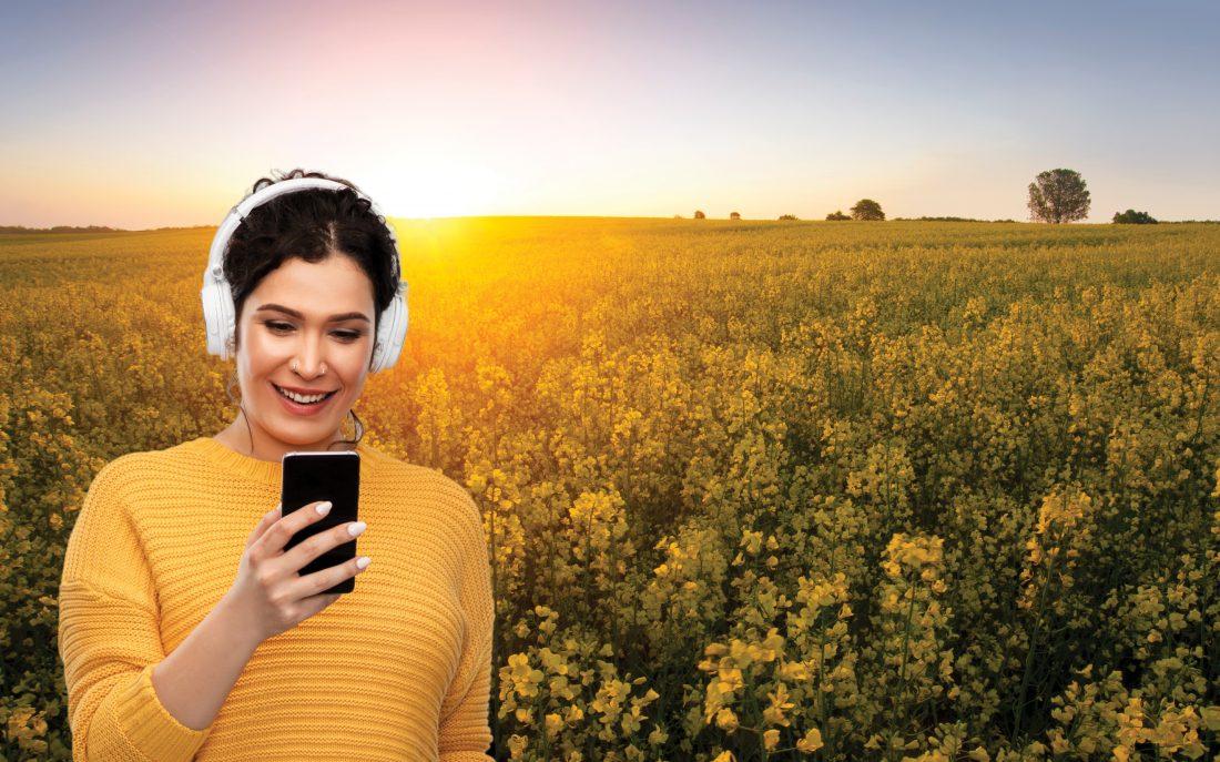 Sommarlyssning - Kvinna framför rappsfält