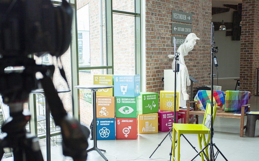 Rumsmiljö med pappkuber som illustrerar de globala hållbarhetsmålen- Science Park Borås
